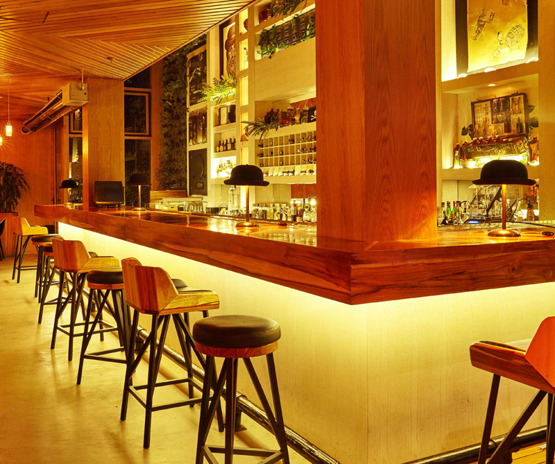 La barra del restaurante vista de noche.