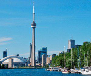 """En el centro de negocios de Toronto se erige la Torre CN, una espectacular """"aguja"""" de 553 metros."""
