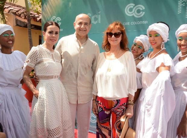 Patricia Tascón, Munir Falah y Susan Sarandon, acompañados por un grupo de María Mulatas.