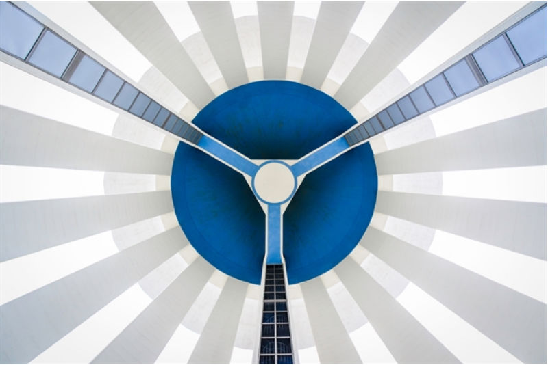 Water from under. Imagen de una torre de agua vista desde la base, en Uppsala, Suecia. Foto por Nils Olof Wendel.