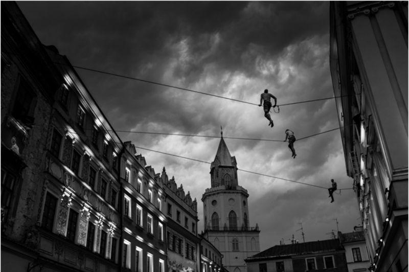 Slackliners. Tomada durante el Festival de arte circense en Lublin, Polonia. Foto por Kamil Wojtyla.