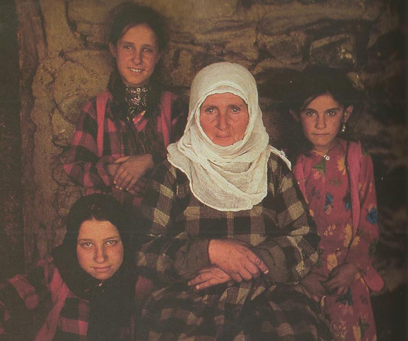 COSTUMBRES ANCESTRALES. Las mujeres kurdas hilan la lana y construyen sus propias cunas debajo de las toldas de refugiados. La elegancia de sus atuendos colorados refleja una gran cultura en lo que a elaboración de lana de oveja se refiere.