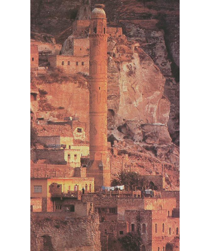 CIUDAD MUSULMANA EN MESOPOTAMIA: Los kurdos de la región fronteriza de Irak fueron los más perseguidos por el gobierno de Saddam Hussein. Este minarete de la ciudad de Hassan Keyf se refleja en las aguas verdes del río Tigris, el más antiguo de la civilización occidental.