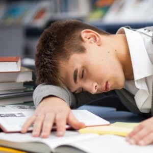 Dejo todo para última hora y el día antes me trasnocho estudiando con uno o dos amigos