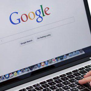 Busca restaurantes en google y le cuenta las mejores opciones que encontró para que su amigo escoja