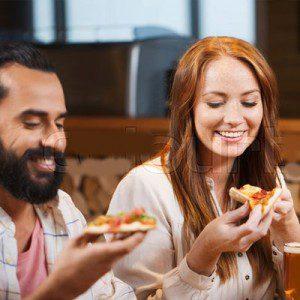 Analizan cuál es el restaurante que más le gusta a los dos y van a ese