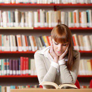 Le digo a mis compañeros que nos reunamos a estudiar juntos en la biblioteca