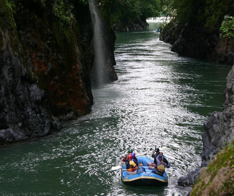 El río Pacuaré se considera uno de los mejores para practicar rafting y kayaking