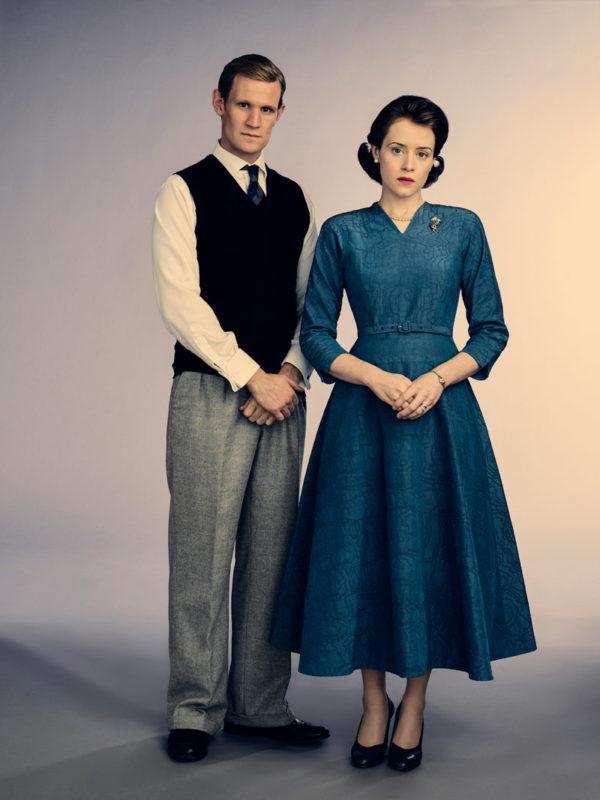 Claire Foy es la reina Isabel II, aquí junto a su esposo Phillip Mountbatten (Matt Smith)