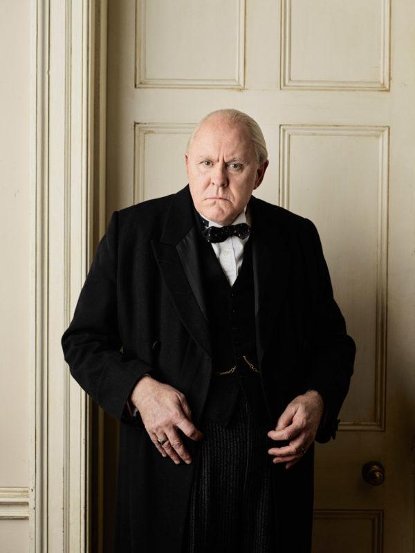 En la serie, Winston Churchill es interpretado por John Lithgow