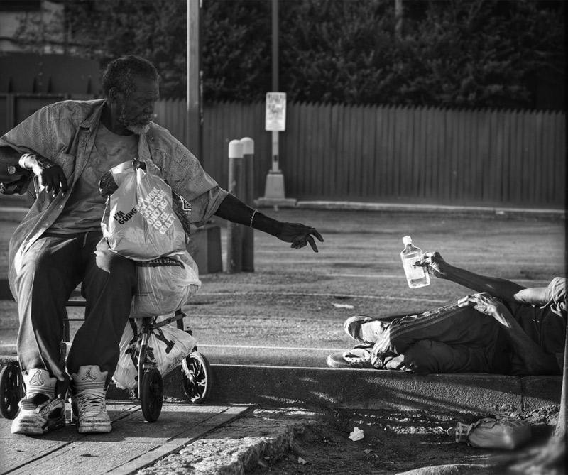 13 de septiembre de 2016 ¿No hay honor entre ellos? Esta historia sólo se refleja en parte en la imagen aquí. Lo que comenzó como una petición de uno, supongo amigo a otro, lentamente se convirtió en una pequeña y tranquila viñeta delante de mis ojos. Me paré para aparcar mi coche. Guy a la izquierda le preguntó a su amigo en el suelo para un trago de su licor.