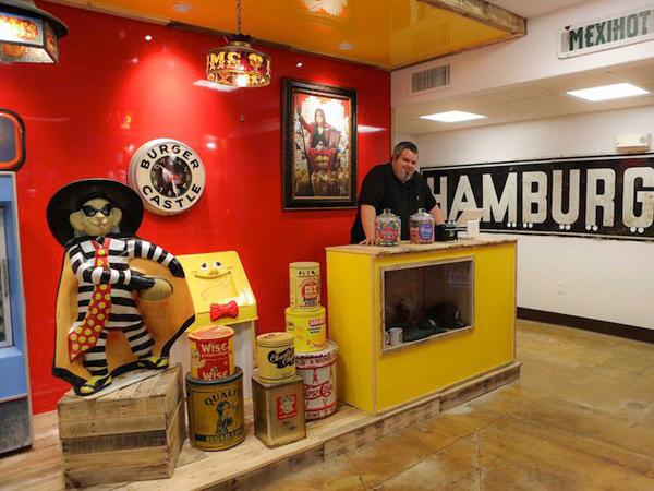 Sef González en la entrada del Burger Beast Museum (Miami).