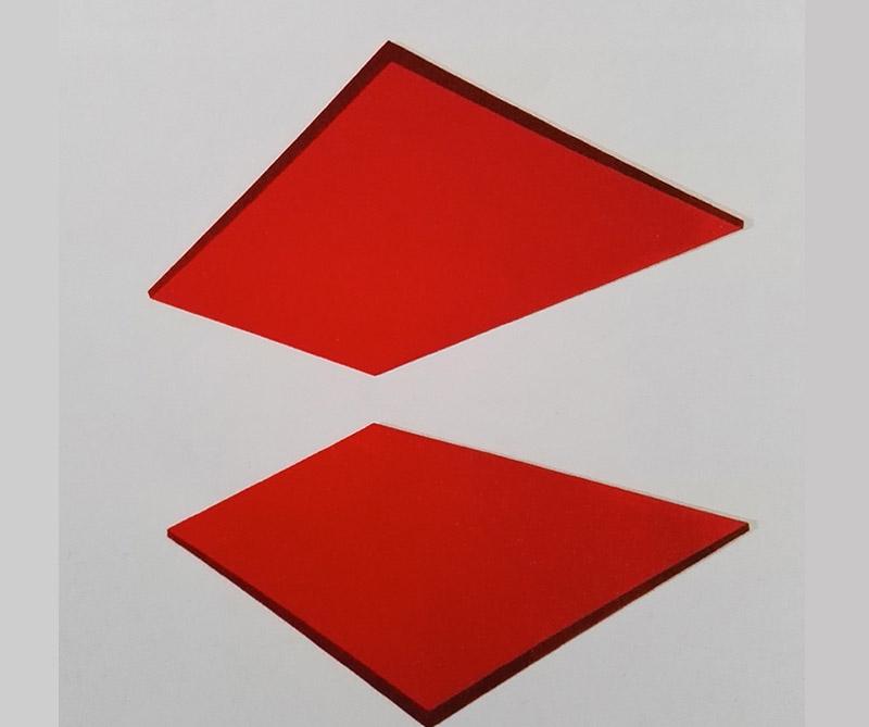 <div>Laca sobre lámina metálica: Reflejos en rojo, autor: Emma Kure. Tomado de: arcot.com.co</div>