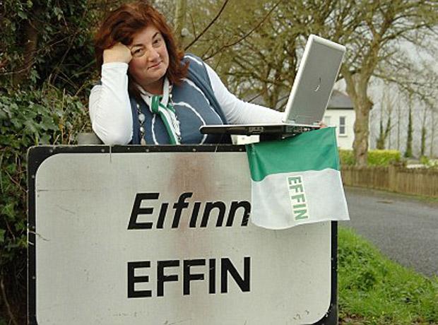 La irlandesa San Eimhin publicó una foto de ella junto a un aviso del nombre de su ciudad 'Eifinn Effin', lo que Facebook vio como una ofensa a los demás usuarios, pues la palabra Eiffinn traducido al inglés significa 'fuck'.