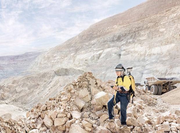 Kris Alvarez, geóloga en la mina de oro Round Mountain en el centro de Nevada.