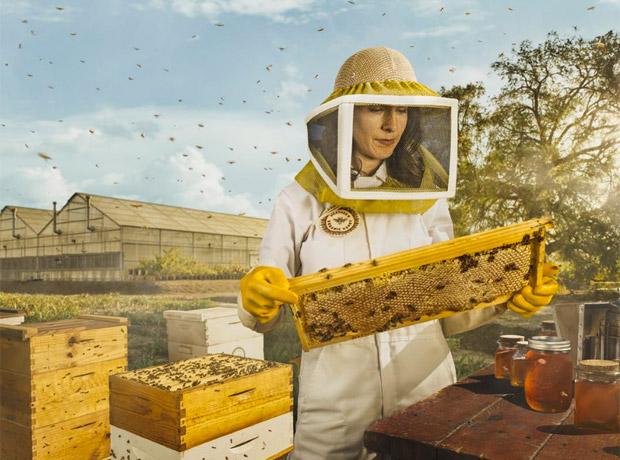 Nancy Poli en su labor como apicultora.