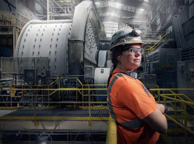 Jordan Ainsworth, una operadora de molinos en la mina de oro Round Mountain (Filadelfia).