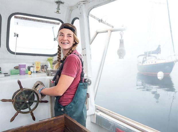 Sadie Samuels, pescadora y dueña de su bote en Rockport, Maine (Estados Unidos).