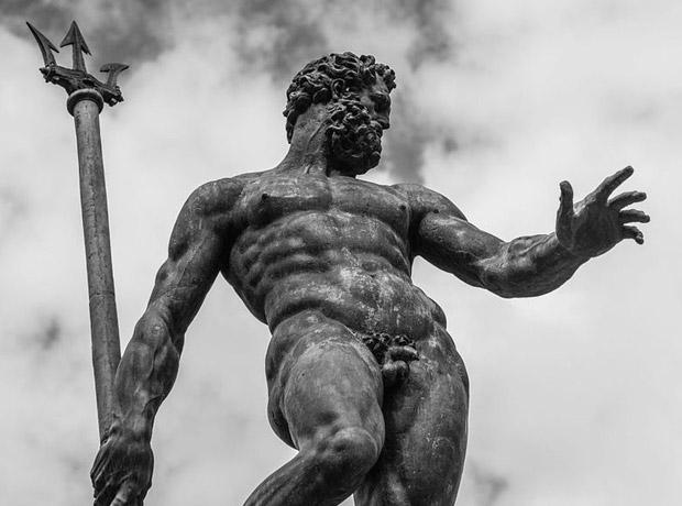 La foto de Elisa Barbari a una escultura de Neptuno (Italia) fue borrada por ser 'sexualmente explícita'.
