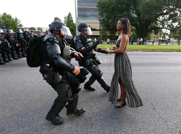 Temas contemporáneos: tomada por Jonathan Bachman para Thomson Reuters. Título de la foto: Taking a Stand in Baton Rouge.