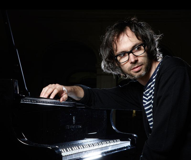 Por amor a la música y para ayudar a quienes han sido víctimas de abuso, el pianista británico escribió una cruda autobiografía.