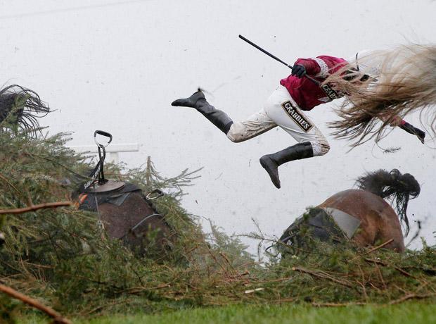Deporte: tomada por Tom Jenkins para el diario británico The Guardian. Título de la foto: Grand National Steeplechase.