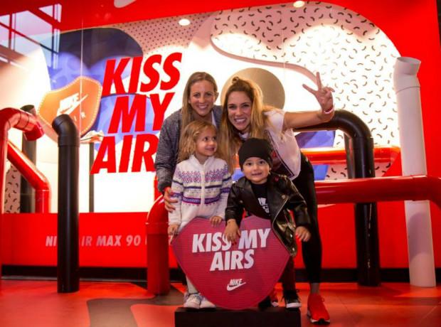 Daniela Mor y Valentina Lizcano con sus hijos.