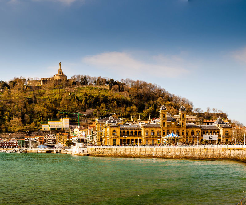 Diners le propone un viaje gastronómico por la capital del País Vasco, en España, para descubrir las sorpresas que ofrecen sus cocinas.
