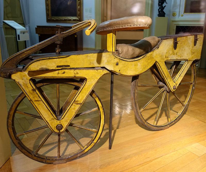 <div>Aún se especula quién inventó la bicicleta. Algunos historiadores dicen que en Egipto hay artefactos de dos ruedas unidas por una barra, al igual que en China que datan del año 1490. Por otro lado, dijeron que el inventor original fue Leonardo da Vinci, pero no fueron más que rumores. Sin embargo, los 200 años se cuentan desde el 12 de junio de 1817 cuando el alemán Karl Drais inventó la 'Laufmaschine' (máquina andante).</div>