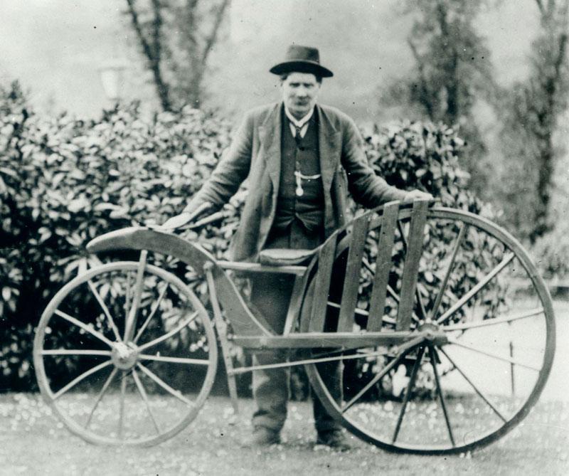 <div>Otros historiadores aseguran que la bicicleta de pedales y palancas de conducción se creó en 1839 por el herrero escocés Kirkpatrick Macmillan, a quien su compatriota Gavin Dalzell se atribuyó la idea durante medio siglo. El prototipo de Macmillan está en el Museo de Ciencias de Londres.</div>