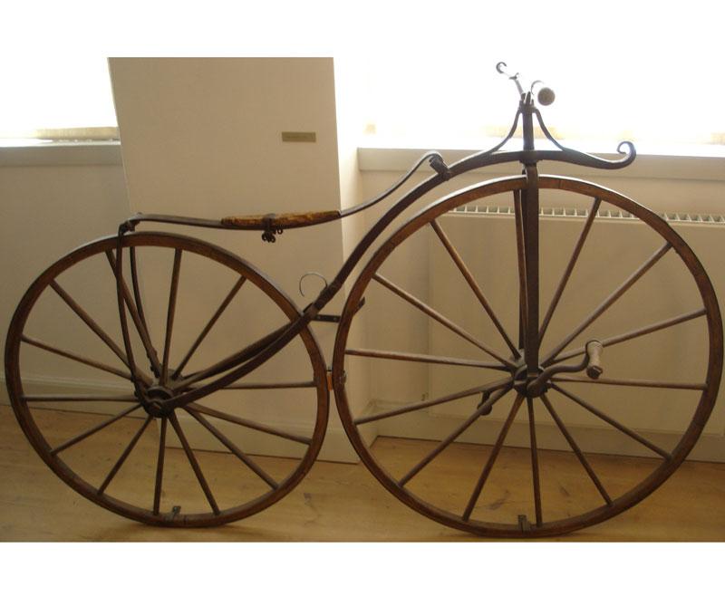 <div>En 1869, el inglés Thomas McCall comenzó a distribuir de forma comercial la bicicleta pero fue el francés Pierre Lallement quien patentó la primera bicicleta con pedales.</div>