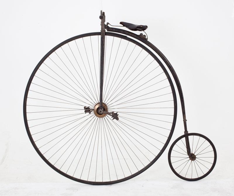 <div>En 1870, el inglés James Starley creó la bicicleta de metal y con la rueda delantera más grande. Aunque este modelo, conocido también como 'La Ariel', alcanzaba los 40 kilómetros por hora, era muy difícil de conducir por lo que se suspendió su venta.</div>