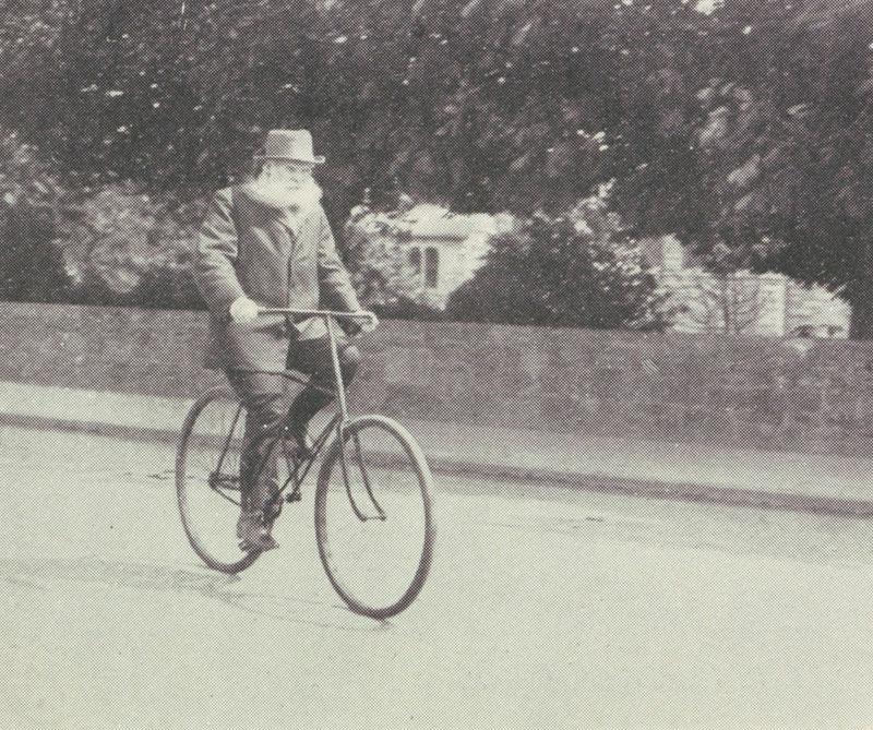 <div>En 1888, la compañía de Starley creó una bicicleta con dos ruedas del mismo tamaño y el ingeniero John Dunlop, de Escocia, le agregó neumáticos de caucho lo que hizo más cómodo los viajes.</div>