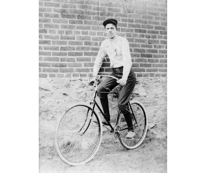 <div>En 1890, el estadounidense Gay Nineties empieza a producir bicicletas en masa con el diseño de Starkey y las ruedas de Dunlop.</div>