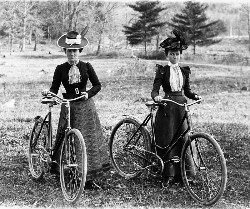 <div>En 1894, las mujeres se montaron a las bicicletas inspiradas en Betty Bloomer, una mujer del estado de Wisconsin (Estados Unidos), quien vestida con falda montó en bicicleta y se convirtió en un símbolo de libertad.</div>