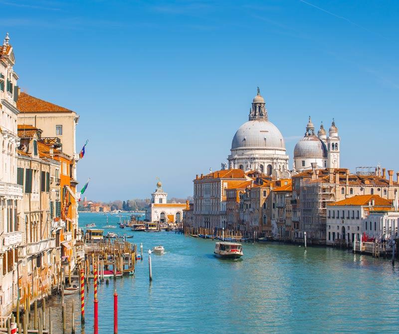 Diners le propone un recorrido por lo más destacado de la bienal de Venecia, y para finalizar, un viaje hasta Las Dolomitas, unas montañas que lo dejarán encantado.