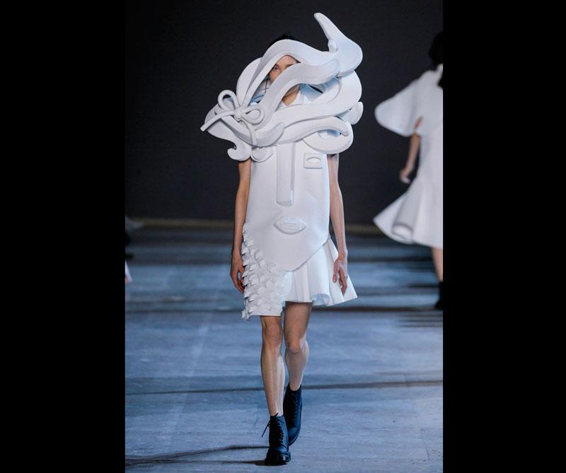 Vestido inspirado en el cubismo del pintor español Pablo Picasso. . Foto: @viktor_and_rolf.