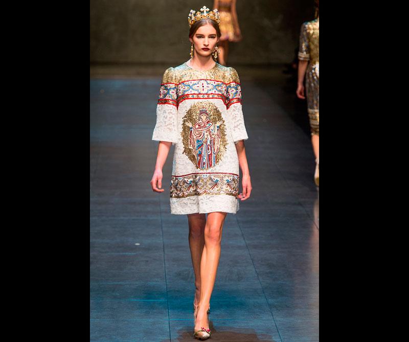 El vestido es hecho totalmente a mano y crear esta obra con lentejuelas fue casi tan difícil como el diseño de los mosaicos del siglo XII. Foto: @dolcegabanna