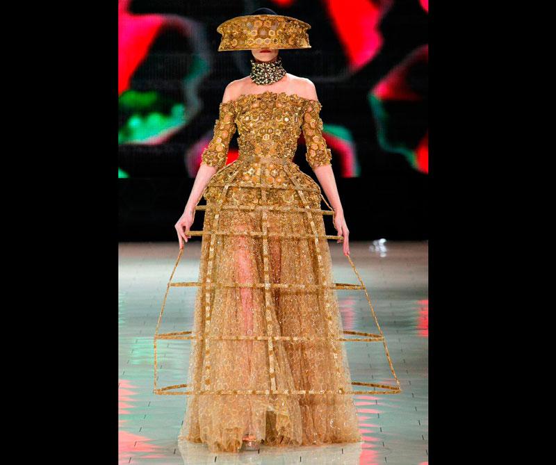 Este vestido resalta las joyas y el empoderamiento de la realeza. Foto: @alexandermcqueen