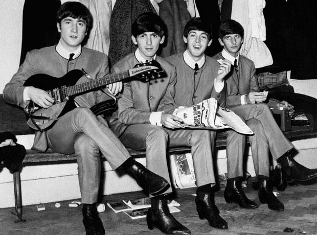 Los Beatles con las chaquetas diseñadas por Cardin- Creative Commons
