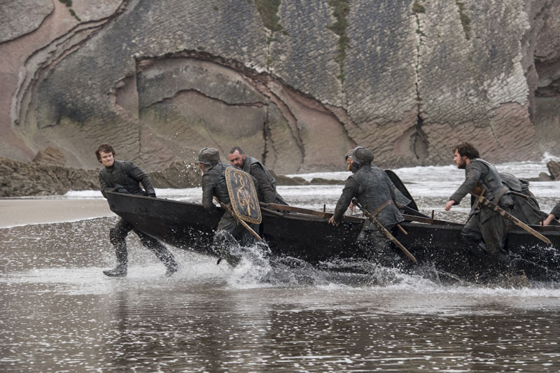 """Uy amigos, ahí está Jon"", dice Theon"