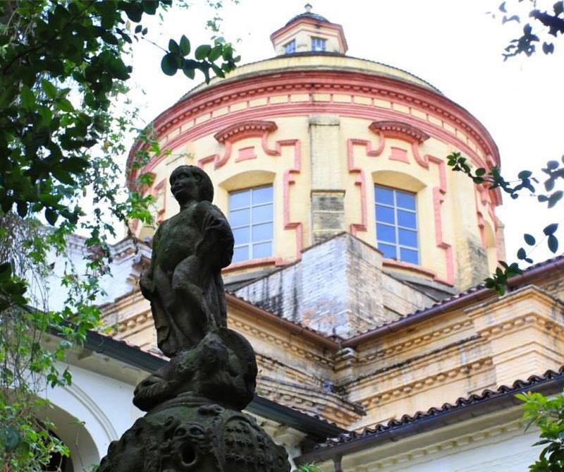 El 'Mono de la Pila' del patio central del museo.