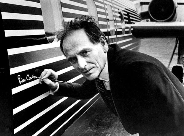 Pierre Cardin en 1978 firmando su diseño: un jet ejecutivo- Creative Commons
