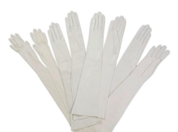 Cuatro pares de guantes blancos para la noche, 1960- http://www.christies.com/