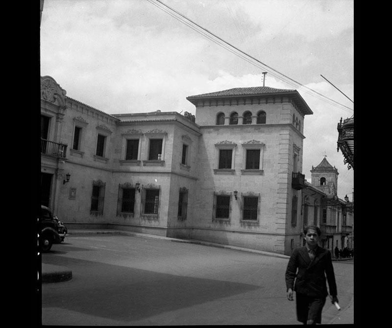 Antes de la construcción del Teatro Colón, en la calle 10 #5-32, había dos teatros privados conocidos como el Coliseo Ramírez, de finales del siglo XVIII y el Teatro Maldonado, expropiado por el presidente Rafael Núñez para la construcción del teatro actual.