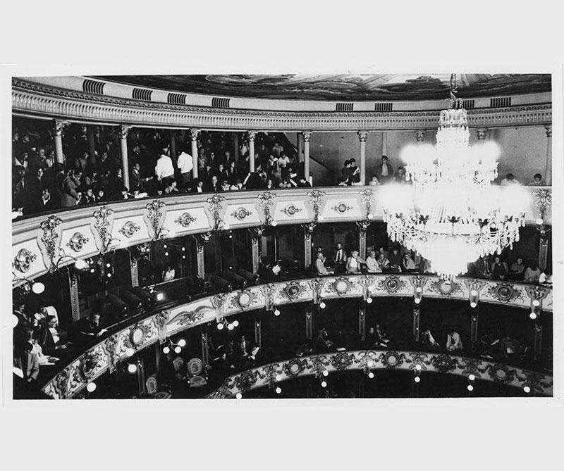 La lámpara eléctrica que cuelga del auditorio principal fue diseñada e instalada por Luigi Ramelli. En ese entonces las redes eléctricas no llegaban al teatro, por lo que los encargados instalaron una planta de vapor que consumía 800 kilos (tres cargas) de carbón por función.