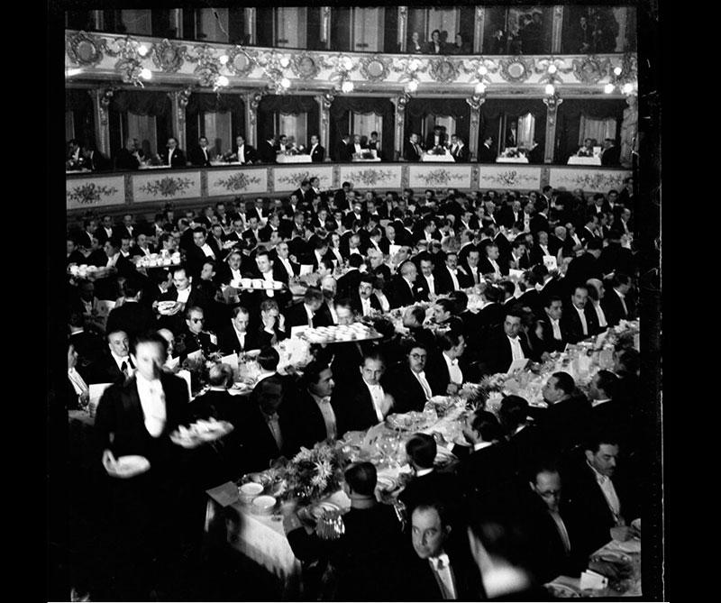 Pietro Cantini, arquitecto italiano, recibió la ayuda de 162 colombianos, quienes se formaron como maestros de construcción y decoración exclusivamente para construir el teatro.