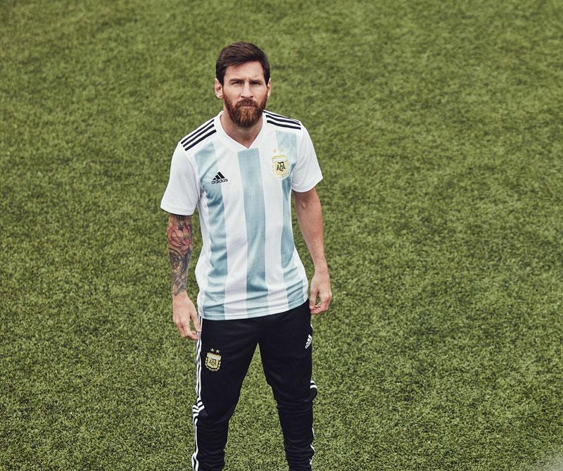 Argentina: La camiseta con cuello 'V' evoca a la selección de Diego Maradona con la que ganó la Copa América en Ecuador (1993). Foto: Lionel Messi Autor: Adidas.