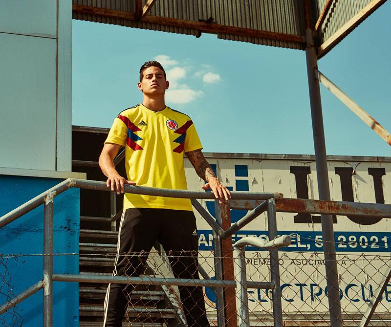 Colombia: El diseño está inspirado en la camiseta que usó la Selección en el mundial de Italia 90, en el que Freddy Rincón anotó un gol sobre la hora para el empate contra la Alemania de Franz Beckenbauer. Foto: James Rodríguez Autor: Adidas.