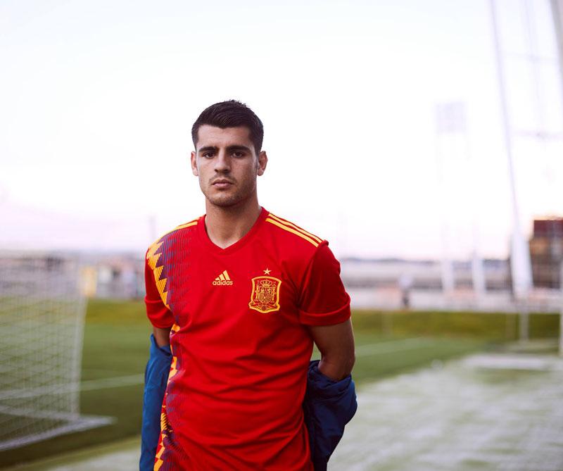 España: La selección española hará homenaje a su participación en Italia 90 con esta camiseta con rombos rojos, amarillos y azules. Foto: Álvaro Morata Autor: Adidas.